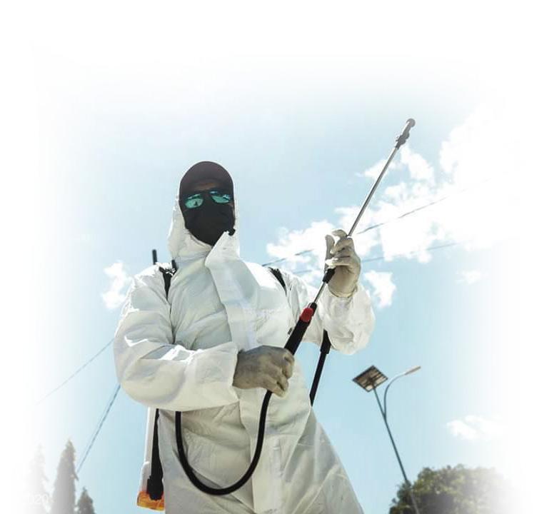 Hombre con traje de ozono covid